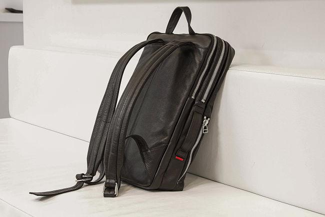 mejor mochila para portatil apoyada en un sofa