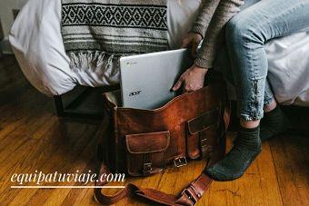 persona guardando el ordenador en la mejor mochila para portatiles