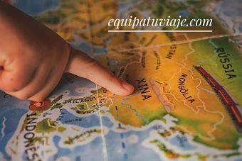 mano señalando mapa del mundo